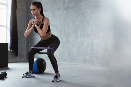 5 ejercicios con banda elástica para glúteo