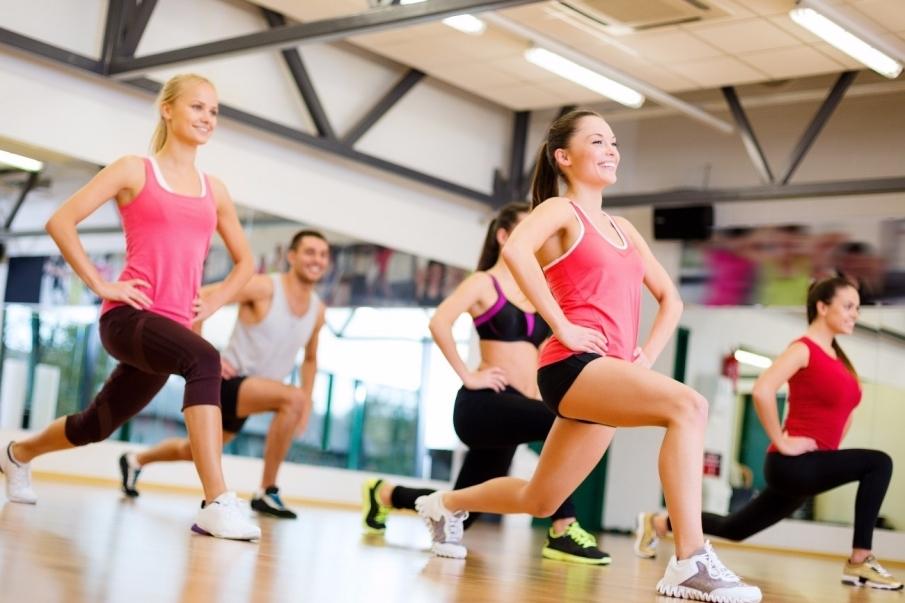 ¿A qué se dedica un monitor de clases dirigidas en un gimnasio?
