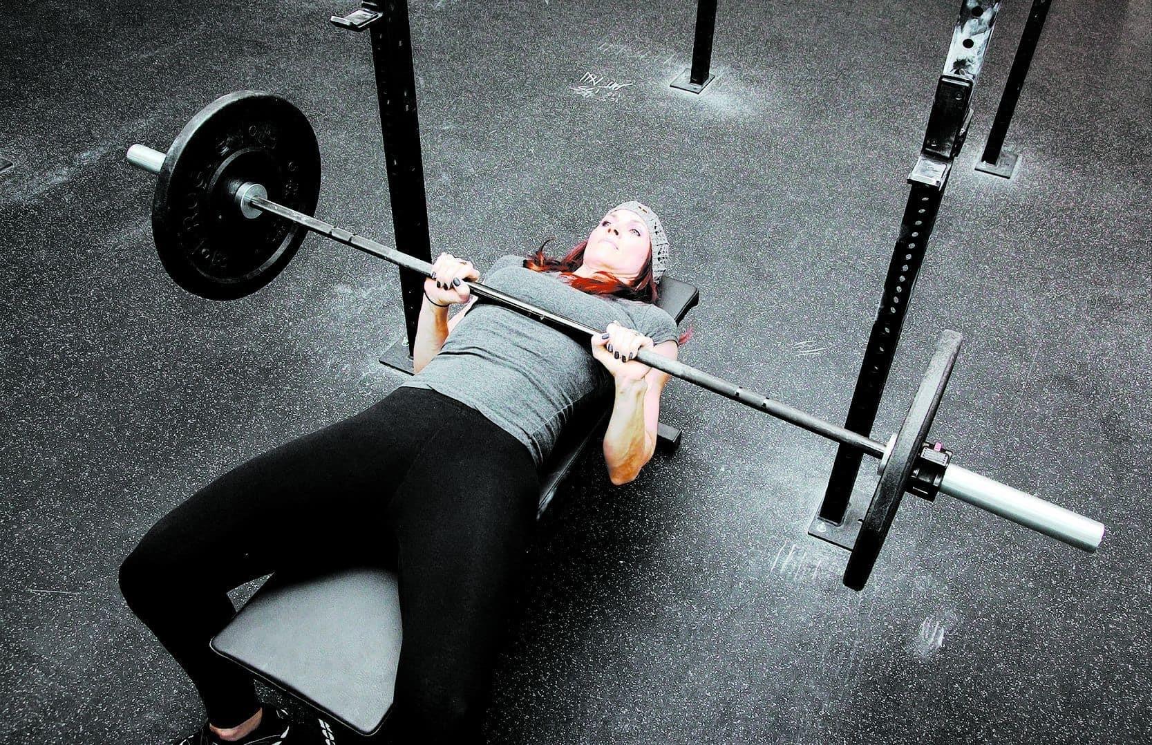press de banca inclinado que musculo trabaja