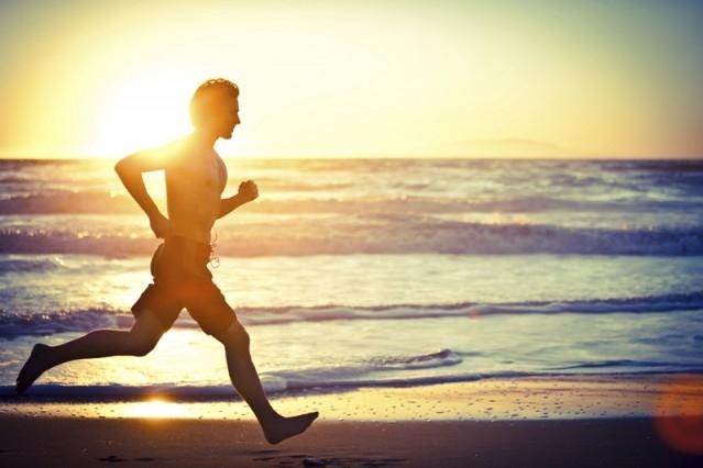 deporte-y-el-sol-correr-en-la-playa