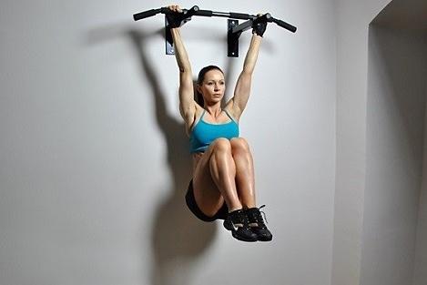 Ejercicios abdominales en vertical - Elevación de rodillas alternas