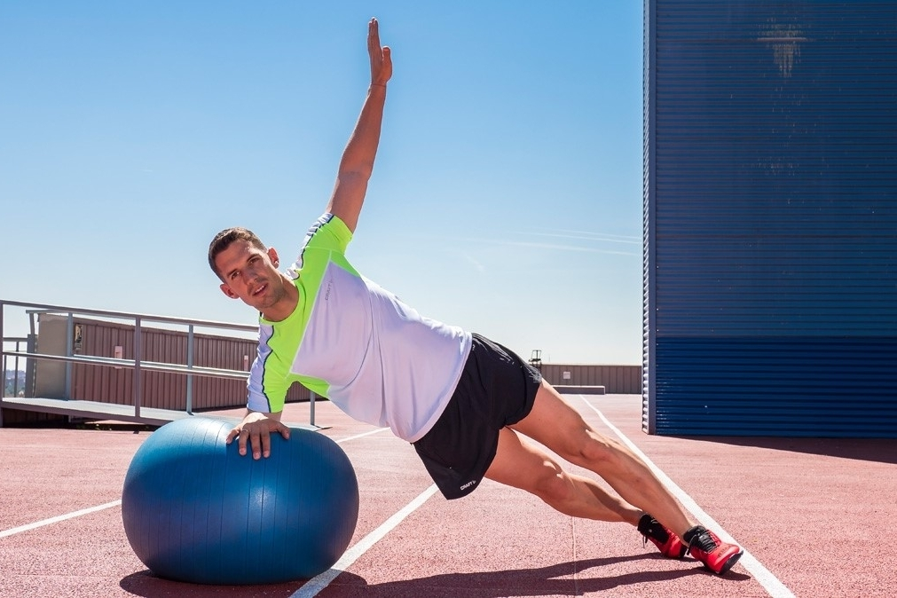 Ejercicios para fortalecer las hombros - Plancha lateral sobre fitball o bosu