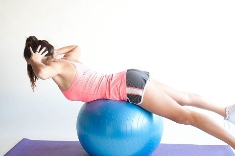 Ejercicio fortalecer Core - Elevación de brazos sobre fitball