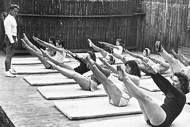 joseph-hubertus-pilates-haciendo-ejercicios-de-pilates
