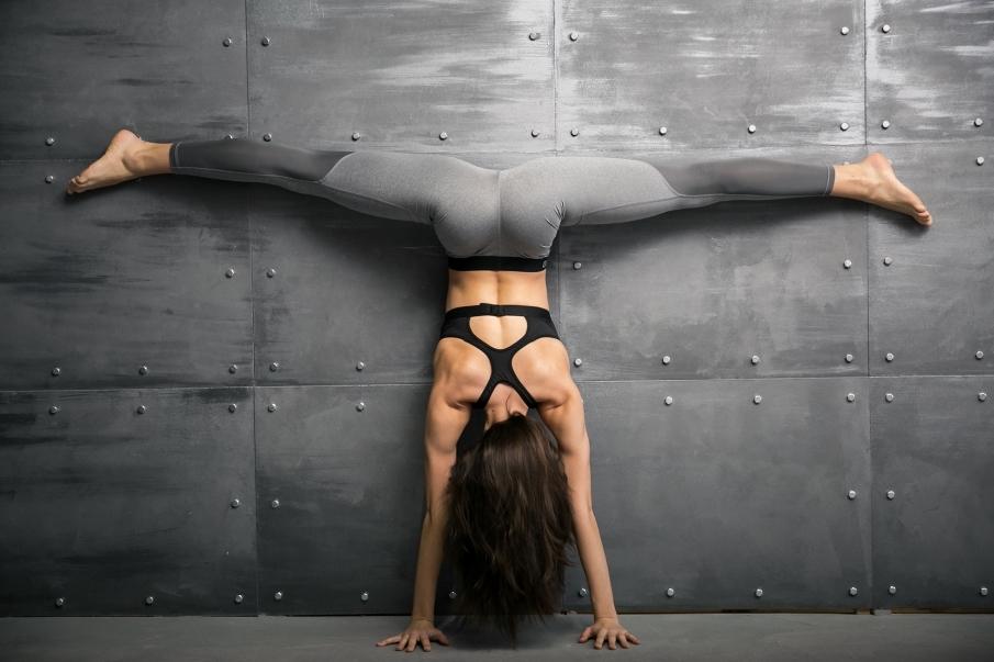 Los beneficios de las posturas invertidas en yoga