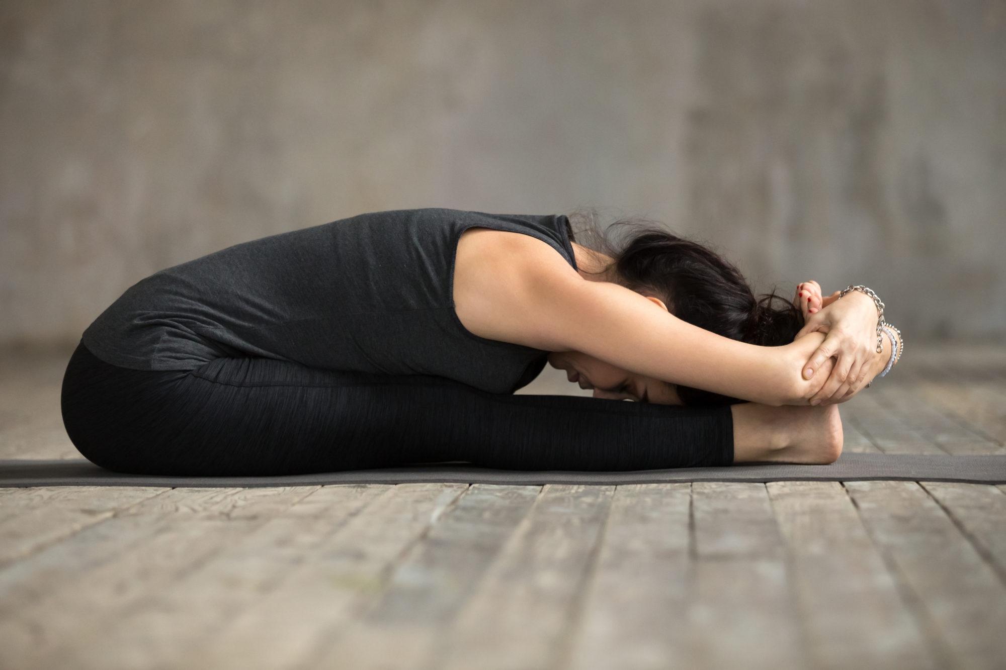 Paschimottanasana (postura de la pinza sentada) y sus beneficios