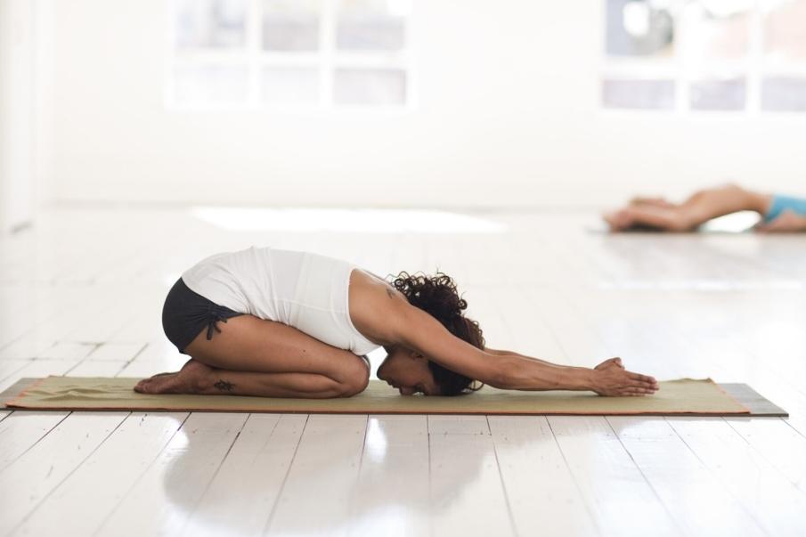 ¿Qué es el Yin Yoga, y qué beneficios tiene?