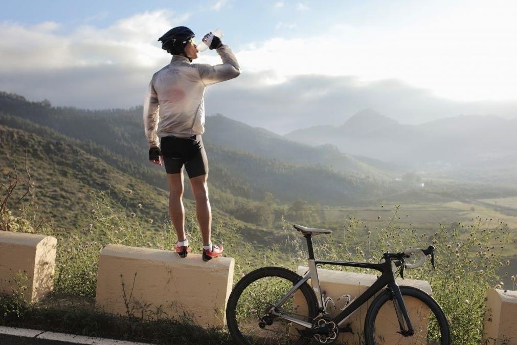 ¿Qué se debe buscar en una bebida intra-entreno para actividades deportivas de larga duración?