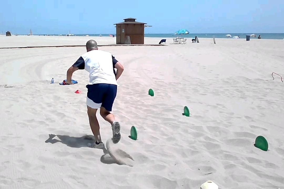 Running sobre arena seca de la playa